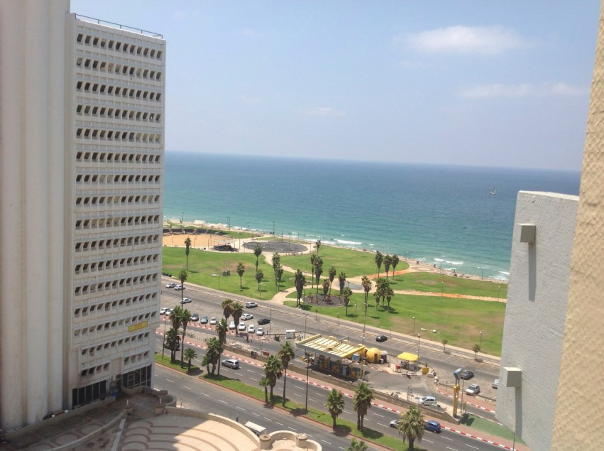 We arrive at Dan Panorama and get into our room in lightening speed. Floor 16 with some view of the sea